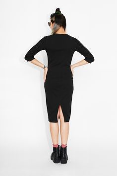 Mmhmm, this dress is going to get up to all kinds of stylish shenanigans! Loooong, loveable and tight, ribbed with 3/4 sleeves and a slit in the back above its ankle biting length.  colour: black magic  In a size small the chest width is 74cm and the length is 110 cm. The model is 170 cm and is wearing a size small.