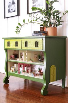 How to Turn a Dresser Into a Custom Dollhouse Furniture Projects, Furniture Makeover, Diy Furniture, Diy Projects, Furniture Stencil, Farmhouse Furniture, Diy Dollhouse, Dollhouse Furniture, Vintage Dollhouse