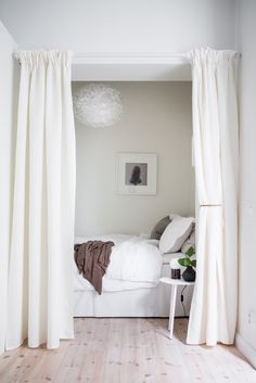 Hidden bedroom - COCO LAPINE DESIGN A breezy white bedroom hidden behind a curtain in a 58 sq. m apartment in Göteborg, Sweden. Great idea for creating a separate sleeping space in a one-room apartment or an extra bedroom anywhere in the house. Small Apartment Bedrooms, One Room Apartment, Apartment Bedroom Decor, Tiny Apartments, Apartment Curtains, White Apartment, White Curtains, Bed With Curtains, Apartment Living