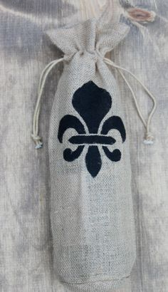 Do you have a chef in your family who is also a Saints fan? A bottle of wine in this handmade wine bag would be a great gift.   Fleur de lis Burlap Wine Bags Hostess gift teacher by WordLust