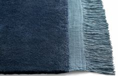 Nytt teppe fra HAY i glatt myk ull med lange frynser. Teppet finnes i tre vakre farger, Midnight blue, Grey og Anthracite,og i tre størrelser.OBS, dette er en bestillingsvare med ca 4 - 6 ukers leveringstid. Alle varer på samme ordre blir sendt samtidig.W 140 x L 200 ( incl. frays L 220 ) på lager til omgående levering !W 170 x L 240 ( incl. frays L260 )W 200 x L 300 ( incl. frays L 320 )PS. Vi forhandler selvfølgelig hele kolleksjonen til HAY. Finner du ikke det du ser e...