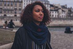 SNOOD MERINOS BLEU MARINE & ROUGE  Écharpe tubulaire 100% Française.  Tissée et confectionnée en France.  Maillage 100% Merinos 150 cm de longueur et 50 cm de largeur.  Logo brodé de fil rouge