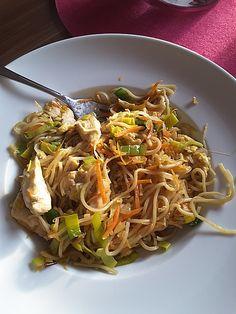 Chefkoch.de Rezept: Chinesisch gebratene Nudeln mit Hühnchenfleisch, Ei und Gemüse