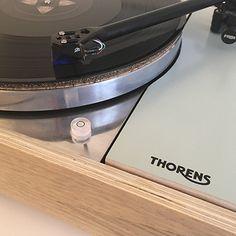 Thorens td 150 restaurée par Audio Pasdeloup. Mélange de céjeira et chêne. Bras Rega 301, cable Rhodium soudé sans plomb, prise furutech. Plateau poli. #NantesDesign #APasdeloupDesign #AudioPasdeloup #PlatineNantes
