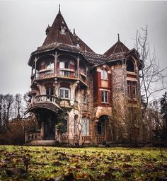 I don't usually pin abandoned houses, but this one was just too amazing! I don't usually pin abandoned houses, but this one was just too amazing!,book locations I don't usually pin abandoned houses, but. Abandoned Buildings, Old Abandoned Houses, Abandoned Castles, Old Buildings, Abandoned Places, Old Houses, Victorian Architecture, Beautiful Architecture, Beautiful Buildings