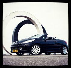 """Eindelijk! Het wordt weer tijd voor de cabrio. De Auto van de Week is de Peugeot 207cc. Een fantastische luxe auto met lederen bekleding, navigatie en climate control. Ook heeft deze auto een krachtige 1.6 - 16v t sport benzine motor met 150 pk. Wij zouden zeggen """"het dak er af"""" met deze mooie Auto van de Week. Kijk op de website of download onze App. Natuurlijk bent u ook altijd van harte welkom om de auto te komen bekijken op ons terrein…"""