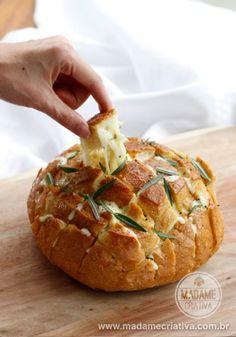- www.madamecriativa.com.brPão de puxar com queijo derretendo temperado com manteiga de cebola e alecrim - Receita