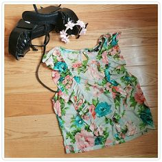 Too cute Topshop sheer floral top From their petite line.Ruffle detail on front with keyhole detail in the back. Excellent used condition. Size 0/XS Topshop Tops Crop Tops