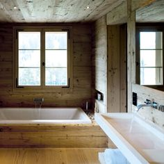 a rustic cabin feel for a master bathroom - min side Big Bathtub, Chalet Design, Modern Sink, Wood Cladding, Sweet Home, Bathroom Styling, Eclectic Bathroom, Rustic Design, Amazing Bathrooms