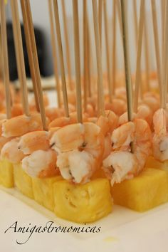 Aperitivo: Brocheta de piña con langostino Appetizers For Party, Party Snacks, Appetizer Recipes, Xmas Dinner, Incredible Edibles, Best Food Ever, Chips, Mini Foods, My Favorite Food