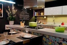 Cozinha gourmet, perfeita para pessoas descontraídas. Destaque para a parede com pintura de lousa, para soltar a criatividade com novas receitas. Foco também na bancada central com revestimento colorido para dar uma quebrada e impor sua personalidade.