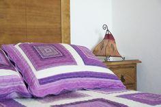 Dormitorio  con cama de matrimonio con orientación sur