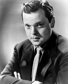Orson Welles - His father was a well-to-do inventor, his mother a beautiful concert pianist; Orson Welles was gifted in many arts (magic, piano, painting) as a child. Hooray For Hollywood, Hollywood Icons, Hollywood Actor, Golden Age Of Hollywood, Vintage Hollywood, Hollywood Glamour, Hollywood Stars, Classic Hollywood, Classic Movie Stars