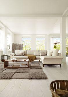 Die Polstergruppe Vida von Rolf Benz ist modern, zeitlos und passt auch in kleine Räume. Die Kissen sind lose und können abgenommen werden, das Seitenteil ist klappbar. Dieses Designersofa zeichnet sich durch hohen Sitzkomfort und Stabilität aus. Das Innengestell ist aus massivem Holz gefertigt und macht die Polstergruppe äusserst belastbar. Sofa Design, Interior Design, Style At Home, Contemporary Furniture, Contemporary Style, Living Room Modern, Living Rooms, Light And Space, Minimalist Decor