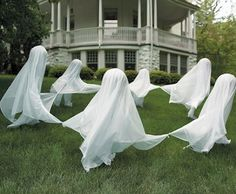 Scary Halloween decorations ideas are the important part of Halloween event. Explore 52 best DIY Halloween decorations ideas for 2018 to onwards. Soirée Halloween, Adornos Halloween, Manualidades Halloween, Dollar Store Halloween, Outdoor Halloween, Halloween Disfraces, Holidays Halloween, Halloween Clothes, Vintage Halloween
