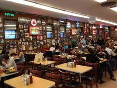 Katz's Delicatessen, LE paradis du sandwich au pastrami depuis 1888, aux effets secondaires très intenses sur Meg Ryan dans Quand Harry Rencontre Sally au 205 E Houston Street. Choisissez bien votre table et levez les yeux, un panneau indique la fameuse table où Meg Ryan et Billy Cristal ont joué la scène...