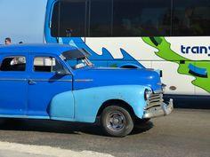 Voiture et bus Transtur sur le Malecon (La Havane)