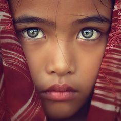 Zoom sur les plus beaux yeux du monde A Focus on the most beautiful eyes in the world, a dive into the deepest glances, most [. Beautiful Children, Beautiful Babies, Beautiful World, Beautiful People, Simply Beautiful, Pretty Eyes, Cool Eyes, Sad Eyes, Stunning Eyes