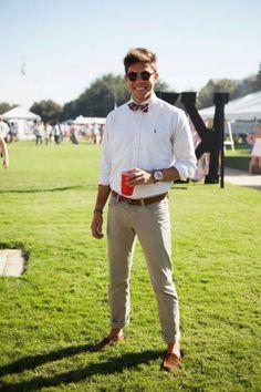 Dizem que quem quer aparecer pendura uma melancia no pescoço, mas nós homens temos coisas muito mais elegantes e interessantes para usar abaixo de nosso pomo-de-adão e as gravatas borboleta certamente estão entre as que tem mais estilo! Um visual complementado por este acessório clássico chama a atenção de qualquer pessoa de bom gosto, além de te ajudar a criar combinações mais alinhadas e marcantes. Mas como qualquer peça de roupa que se preze sempre existem algumas dicas para ajudar na…