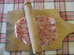 A petrezselyem és zellerlevelet szárítás után összekeverem, így teszem zárható üvegbe. Ezt a keveréket minden töltelék húshoz használom (fasírozott, töltött paprika, töltött csirke), valamint a zsemlyegombóc galuskájába is szórok. 2. A krumplifőzelék akkor lesz igazán finom, ha a rántásba… Gourmet Recipes, Cooking Recipes, Hungarian Recipes, Cake Cookies, Food To Make, Sweets, Meat, Baking, Kitchen