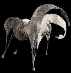 Patricia Barrowman,  Ilya I  &  Être I (2011).  Inspirée par le cheval et sa dimension mythique, cette artiste cherche à exprimer sa liberté, sa force, sa fragilité et sa grâce à l'aide de papier et de métal.