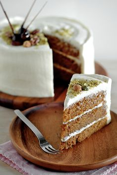 Carrot Cake with Maple Cream Cheese Frosting - Carrot cake is made of carrot, butter and flour. This carrot cake recipe has a maple cream cheese frosting. Just Desserts, Delicious Desserts, Yummy Food, Dessert Healthy, Healthy Food, Healthy Eating, Sweet Recipes, Cake Recipes, Dessert Recipes
