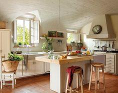 Mediterrán krémszínű konyha tömörfa munkalapos konyhaszigettel