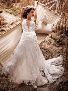 Brautkleid in leichter A-Linie aus Stretch-Spitze mit tiefem Dekolleté, breiten Trägern und Chiffon-Drapierung an der Hüfte von OLVI'S