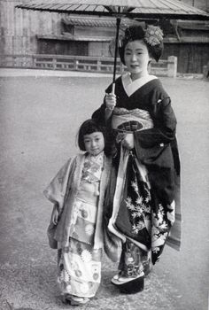 Mineko Iwasaki, age with one of her teachers from the geisha house she was sold to Samurai, Old Pictures, Old Photos, Vintage Photographs, Vintage Photos, Kyoto, Turning Japanese, Japan Art, Japanese Kimono