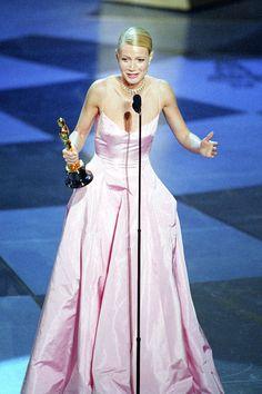 Gwyneth Paltrow wore a pink taffeta gown by Ralph Lauren for the 1999 Academy Awards. Gwyneth Paltrow, Charlize Theron, Les Oscars, Oscars 2017, Oscar Academy Awards, Best Actress Award, Oscar Fashion, Oscar Dresses, Hollywood Actresses