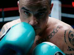 """Todas las que crecimos con Robbie Williams lo seguimos recordando gracias a sus emblemáticos éxitos tales como """"Angels"""", """"Feel"""" o """"Rock DJ"""". Para sorpresa de sus fans, el británico lanza su nuevo álbum de estudio: """"Heavy Entertainment Show"""".El 4 de noviembre saldrá a la venta el materail distribuido por Columbia Records, aunque la canción que da nombre el disco ya está a la venta. Robbie Williams, Columbia, Exercise, Happy, Attitude, Loosing Weight, Thanks, Songs, Studio"""