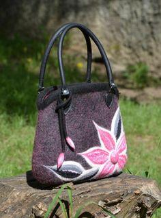 Plstená kabelka Ružový sen Kabelka vyrobená technikou mokrého plstnenia, s rúčkami s pravej kože, s pekne zladeným furtom, s vreckom na zips. Použitý materiál: vlna, hodváb, český rokajl.