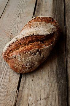 Esta receta de pan me tiene enamorada por completo, he perdido la cuenta de las veces que la he hecho y es que es pan para nivel de principiante como yo. Con unos cuantos trucos, tras hornearlo, te crees ¡Hasta panadero! Hace varios meses que decidí, siempre que pudiese y dispusiese de tiempo, preparar …