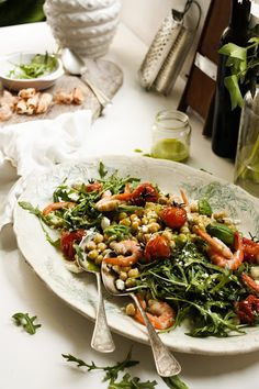Chickpea, shrimp, arugula, roasted tomatoes and feta salad with basil vinagrette.  http://pratos-e-travessas.blogspot.pt/2013/03/e-ja-estamos-na-primavera-spring-is-here.html