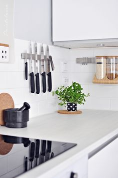 PUISTOLASSA: KEITTIÖN SÄILYTYS KUNTOON Small Space Kitchen, Small Spaces, Shoe Rack, Home, Shoe Racks, Ad Home, Homes, Haus, Small Space