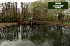 Discover how to edge a new garden pond to hide the liner, in Monty Don's practical video from BBC Gardeners' World Magazine. Brick Garden Edging, Garden Pavers, Lawn Edging, Garden Pond, Landscaping With Rocks, Front Yard Landscaping, Pond Liner, Natural Pond, Front Yard Design