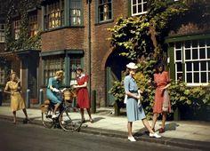 Models wearing Berketex utility fashions designed by Norman Hartnell, London, June 1943 1940s Fashion Women, Retro Fashion, Vintage Fashion, 1940's Fashion, Fashion Models, Fashion Brands, Color Photography, Fashion Photography, Vintage Photography
