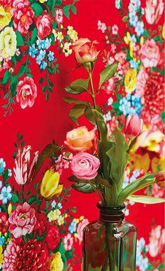 Papier peint rouge vif à larges bouquets de fleur : bohême et kitch, un superbe papier peint pour un mur qui ne passe pas inaperçu !
