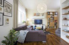 Knihovna z dubového dřeva vyrobená podle návrhu majitelky bude v budoucnu doplněna TV stěnou v jednotném duchu. Pohovka ve tvaru L (Nadop) p...