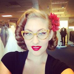rockabilly hair - love the glasses 1950s Hairstyles, Vintage Hairstyles, Wedding Hairstyles, Pin Up Hair, Cut My Hair, Rockabilly Fashion, Rockabilly Style, Rockabilly Hairstyle, Medium Hair Styles