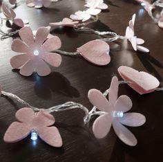O quarto da sua filha, seu lavabo, seu espelho, sua escada...deixe-os com uma decoração exclusiva e moderna com o cordão luminoso de LED, ou luz de fada como é carinhosamente chamada. <br>Mix de flores, borboletas e corações na cor rosa bebê. <br> <br> Comprimento = 4,3 m <br>127v ou 220v - informe qual a sua quando efetuar o pedido.