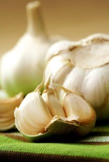 ajo… (vitaminas: B1 - B2 - B3 - B5 - B6 - B9 - B12 - C - E - K... proteínas y fibra...) <3 estimula las mucosas gastrointestinales, aumentando las secreciones digestivas de la bilis… diurético… vasodilatador, disminuye la presión sanguínea… desparasitarío… alivia la gripe, el resfriado y el acné… antibiótico y antiséptico... combate el colesterol alto… y además sirve como repelente…