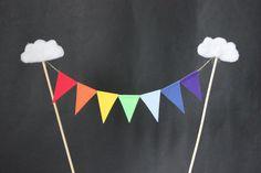 Topper de gâteau arc-en-ciel - topper gâteau anniversaire, topper gâteau de célébration, drapeaux arc en ciel avec nuages embelishment par SoLuvli sur Etsy https://www.etsy.com/fr/listing/189245296/topper-de-gateau-arc-en-ciel-topper