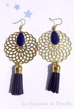 Boucles d'oreilles percees, estampes rondes en forme de rosaces dorées, (diamètre 4,5cm) pompons en suédine bleu nuit, et sequins goutte ovale en email Epoxy bleu nuit Longu - 14184161