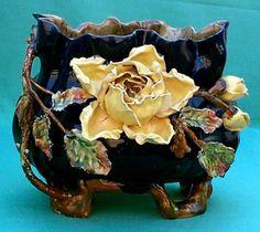 """Cache-pot, jardinières et vases en barbotine de Nimy Jardinière """" Fleur relief """" diamètre 18 cm hauteur 20 cm Cachet anciennement """" Mouzin-Lecat """" 1893 -1906"""