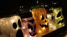 Many people like mason jars because they are easy to find and cheap. Halloween is coming. You can make many wonderful Halloween crafts from mason jars. You can give them to your friends as great gifts, or you can use them as perfect seasonal decorat Halloween Mason Jars, Halloween Lanterns, Halloween Garland, Holidays Halloween, Spooky Halloween, Halloween Crafts, Holiday Crafts, Holiday Fun, Halloween Decorations