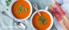 Met de knoflook, rode ui en tijm geroosterde tomaten uit de oven geef je een extra lekkere smaak aan de soep