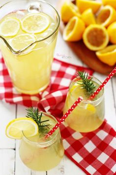 Yaz günlerinin kraliçesidir limonata.. Sudan sonraki en ferah içecektir. Sıcaklara nispet yaparcasına buz gibi bir bardağıyla anında serin...