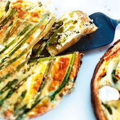 Parsafritatta/Asparagus fritatta, Kotiliesi.fi Asparagus Recipe, Vegetable Pizza, Quiche, Zucchini, Keto, Vegetables, Breakfast, Recipes, Food