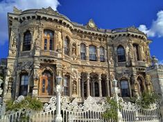 Istambul-BEYLERBEYI PALACE: was built by (Armenian Architects)Balyan Family in Baroque-style for Sultan Abdulmecit, between in Bosphorus istanbul. Turkish Architecture, Historical Architecture, Amazing Architecture, Cool Places To Visit, Places To Go, Beautiful World, Beautiful Places, Ankara, Summer Palace
